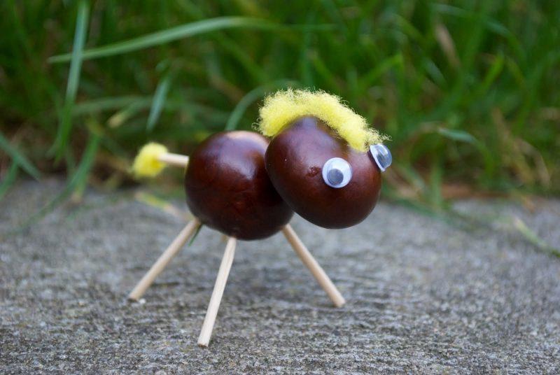 Kastanienmännchen basteln- verwenden Sie auch andere Materialien wie Kristallen oder Wolle