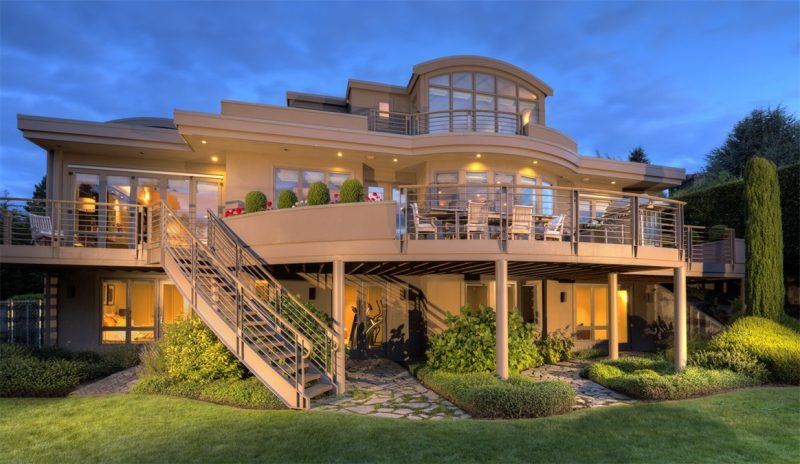 In einem luxuriösen Haus mit moderner Architektur wohnen.