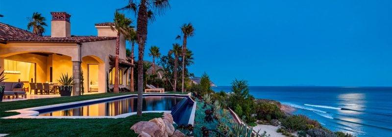Ein luxuriöses Haus mit Blick auf das Meer