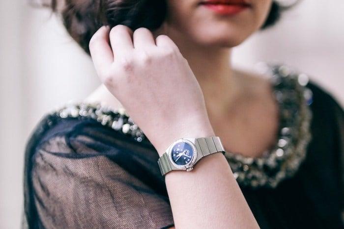 Luxusuhren Gucci Model auf Fashion Week mit Omega Uhr