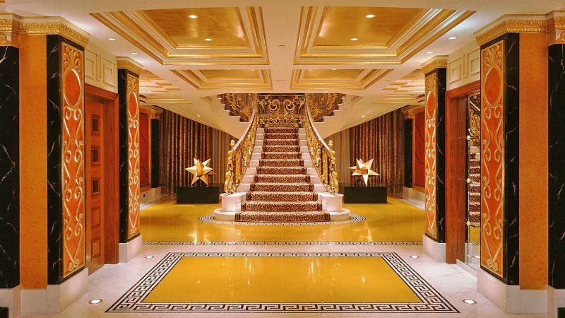 So sieht ein luxuriöses Treppenhaus in Dubai aus.