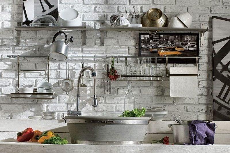 Wandregal aus Metall für die Küche