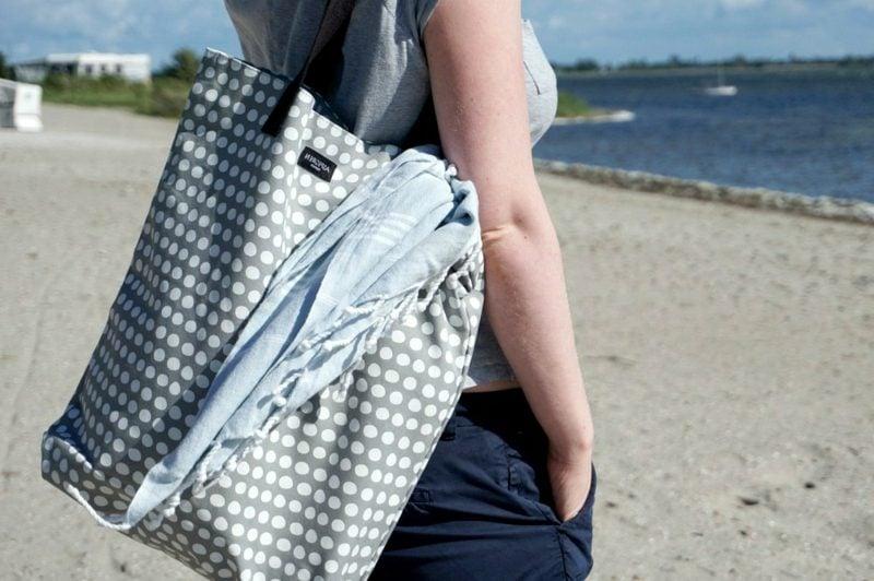 Strandtasche nähen modernes Modell im Grau und Weiss Punkten