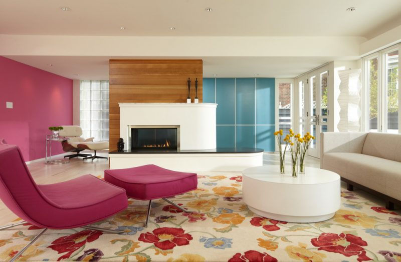 Blumendeko im modernen Wohnzimmer.