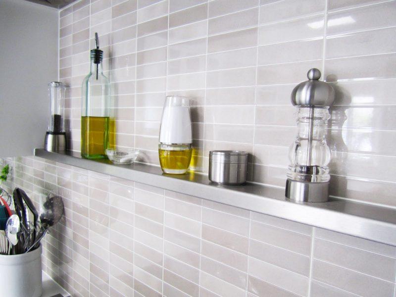 Moderne Metallregale in der Küche