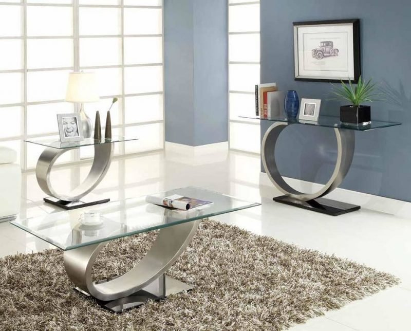 Moderne Silbertische mit Glasplatte.
