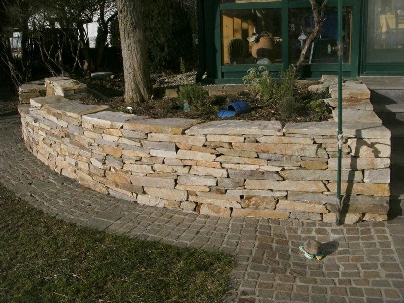 Steinmauer im Garten kleinere Steine