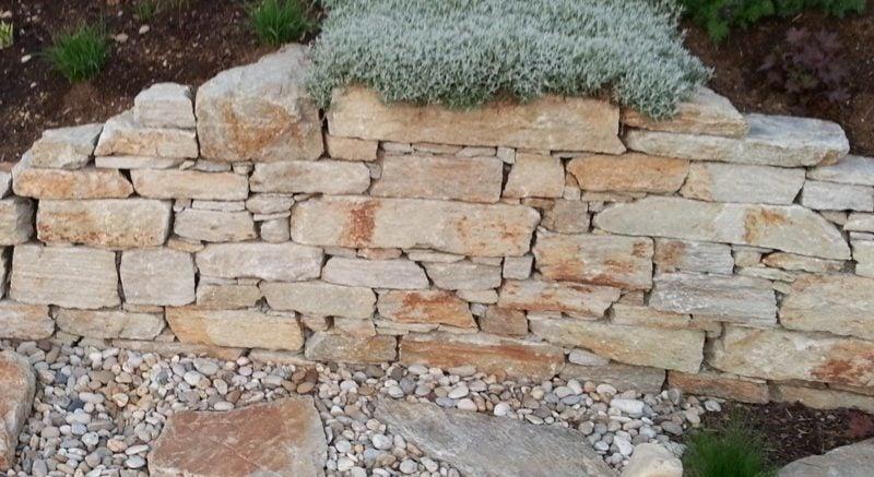 dekorative Steinmauer im Garten Naturstein