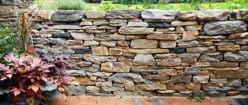 originelle Steinmauer im Garten Blickfang