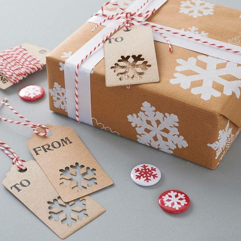 Geschenkpapier zu Weihnachten, dekoriert mit Schneeflocken