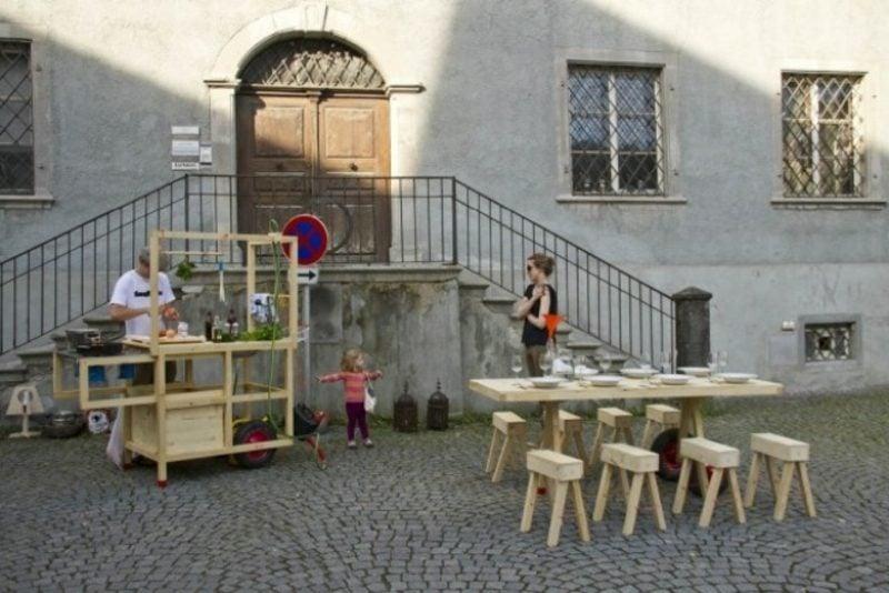 praktische mobile Küche aus Massivholz im Freien kochen