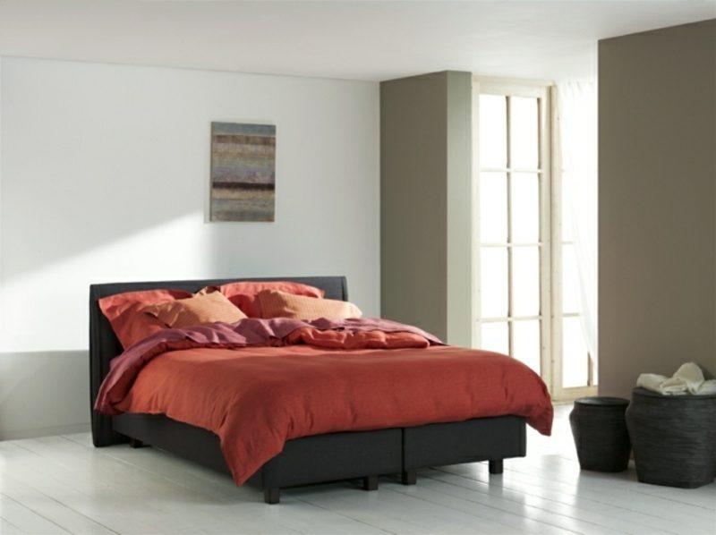 schwarzes Boxspringbett rote Bettwäsche moderner Look
