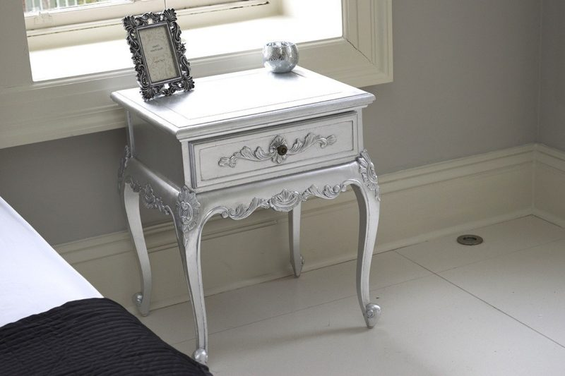 Mini- Nachttisch in Silber.