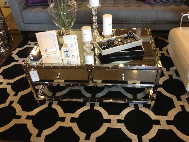 Silbertisch mit charmanten Design.