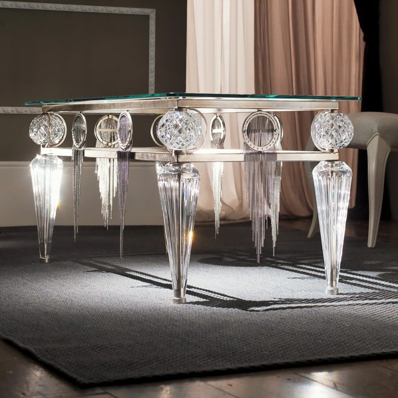 Silbertisch macht einen edlen Eindruck.