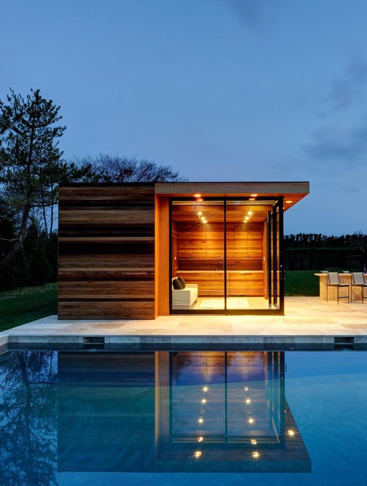 Swimmingpool im Garten kombiniert mit eigener Sauna