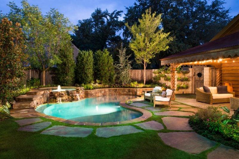 Die Form vom geträumten Swimmingpool im Garten kann rund oder oval sein