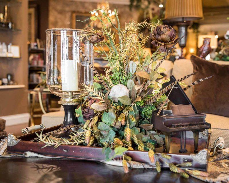 Blumendekoration auf dem Tisch.