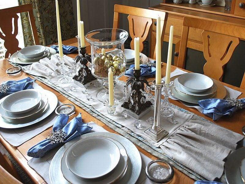 Silvester Tisch eindecken - Dekoration in mit Weihnachtskugeln
