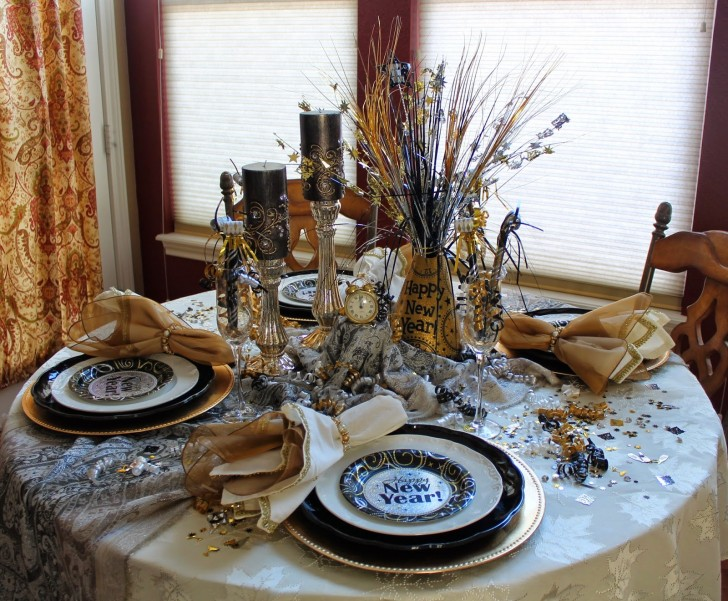 Silvester Tisch eindecken - Dekoration in Gold