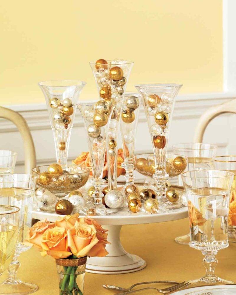 silvester tisch eindecken dekoration selber machen mit weihnachtskugeln - Silvester Deko Selber Machen