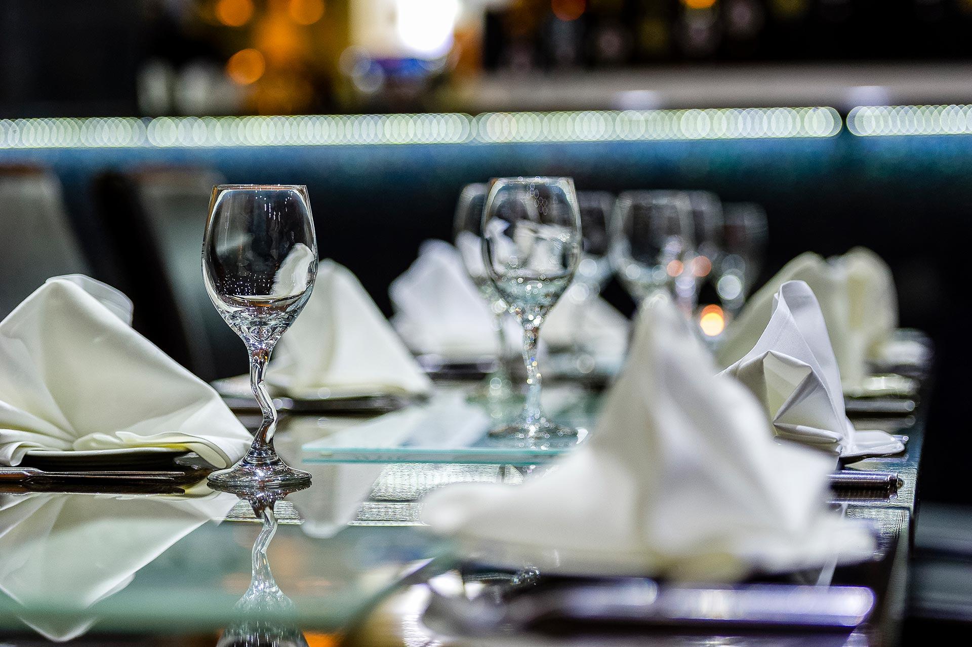 Silvester Tisch eindecken - so geht es richtig + Deko Ideen