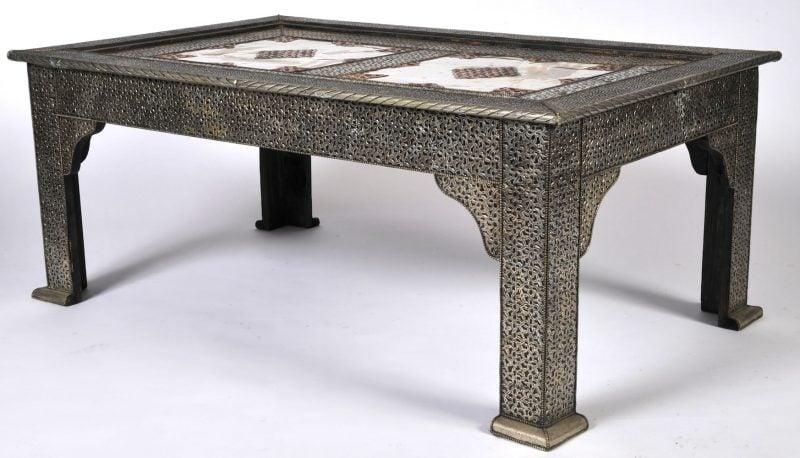 Tisch aus Kupfer und Silber.