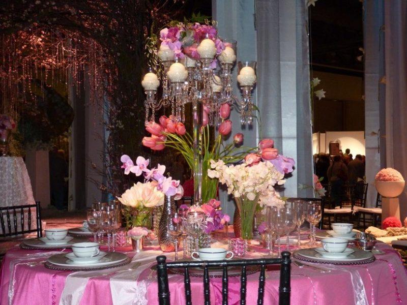 Tischdekoration mit Blumen.