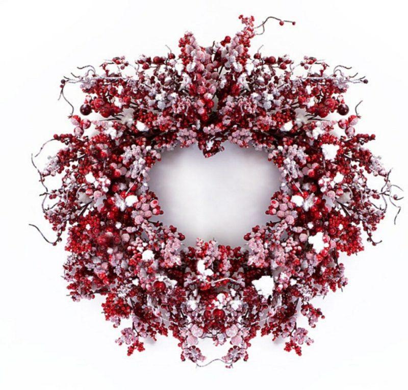 tuerkranz zu weihnachten snow frosted red berry
