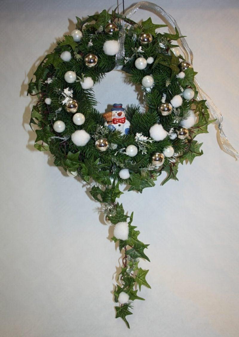 tuerkranz zu weihnachten schneemann