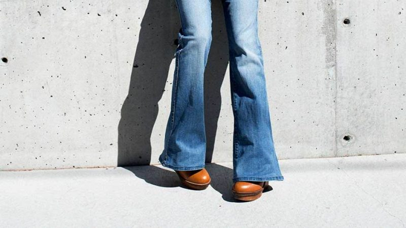 Schuhe in Übergrößen und Untergrößen - Schlaghose kaschiert die Übergrößen