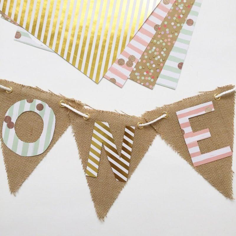 DIY Wimpelkette selber machen: Schneiden Sie Buchstaben aus Geschenkpapier und kleben Sie drauf