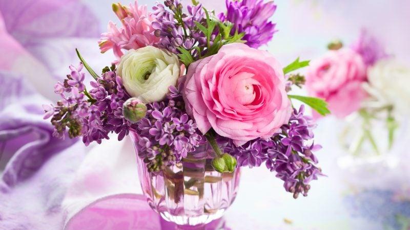 Tischschmuck von Blumen.