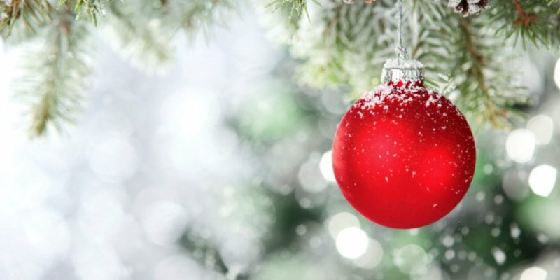 rote Weihnachtskugel Tanne Schnee