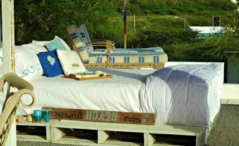 Europaletten Bett unter freiem Himmel kreative DIY Ideen
