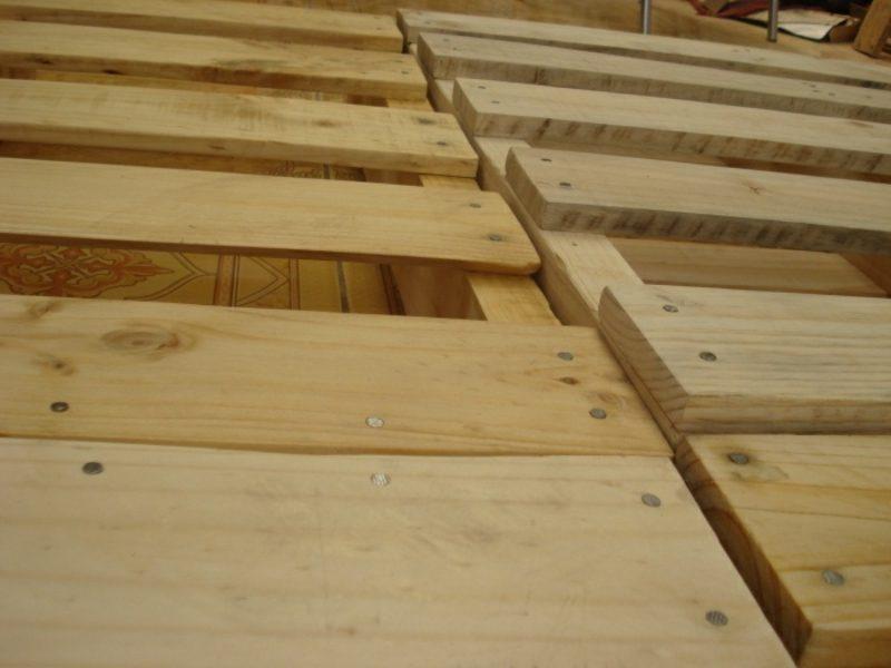 Europaletten Bett selber bauen die paletten stabil fixieren