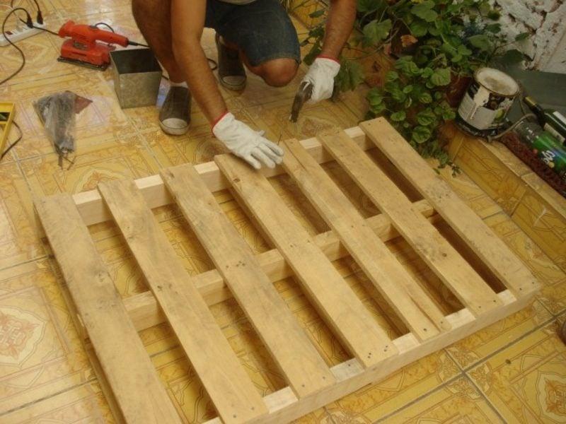 Europaletten Bett bauen die Paletten vorbereiten und stabil fixieren