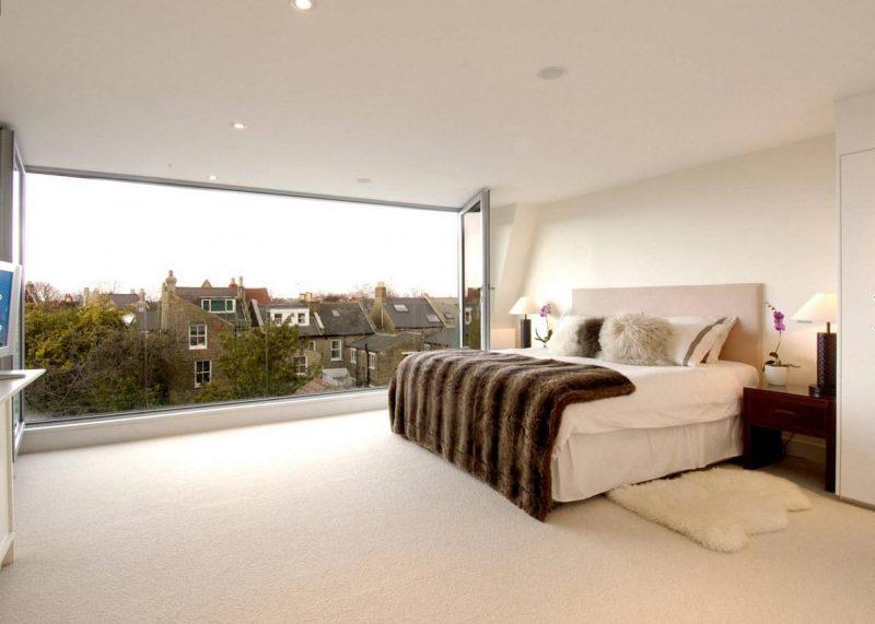 Bodentiefe Fenster im Schlafzimmer sorgen für ruhiges Schlafen