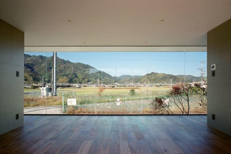 Bodentiefe Fenster bieten weiten Blick auf die Umgebung