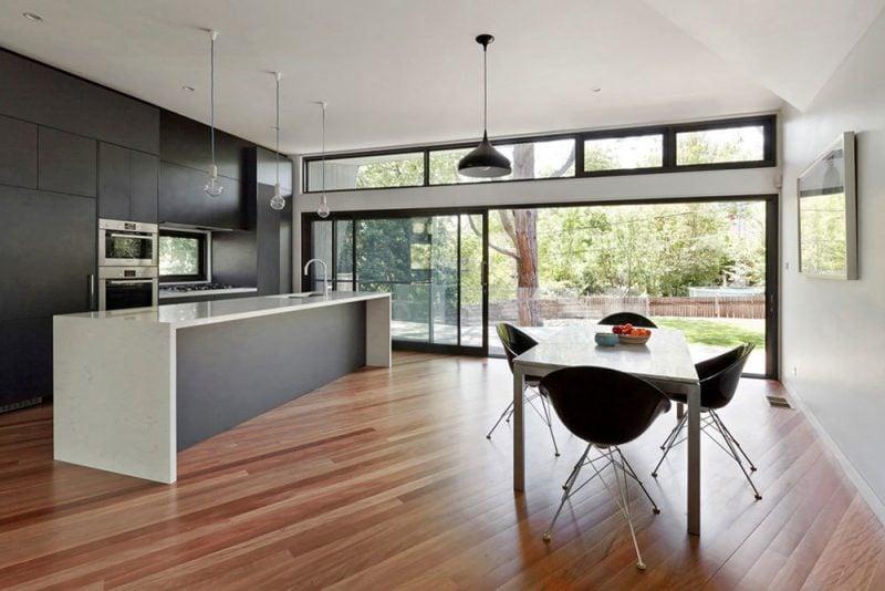 Bodentiefe Fenster in der modernen Küche