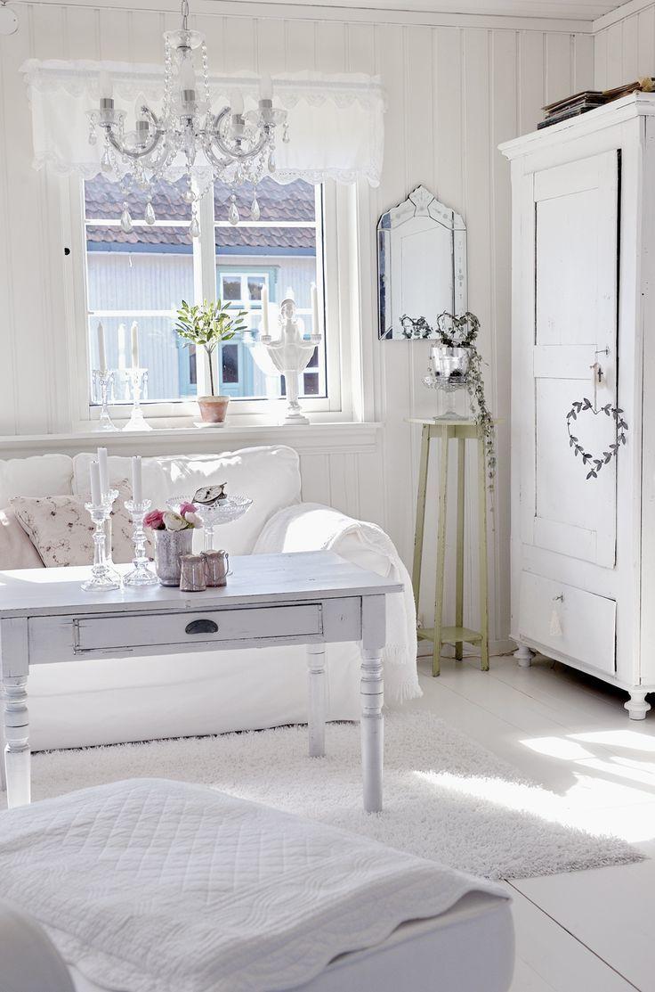 weiße landhausmöbel Einrichtung möbel landhausstil weiß schickes ambiente sofa tisch regal wohnstil ideen