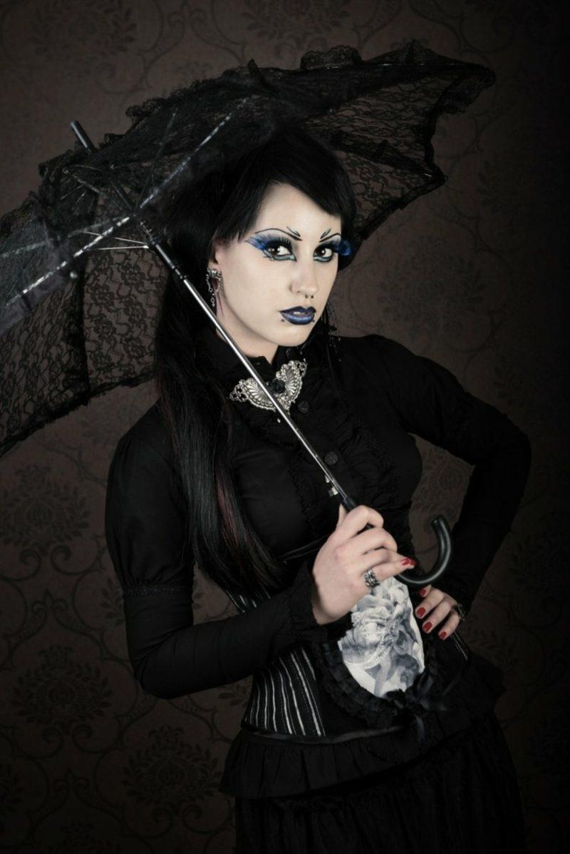 Halloween Kostüme Frauen Hexe schwarzes Kleid Sonnenschirm