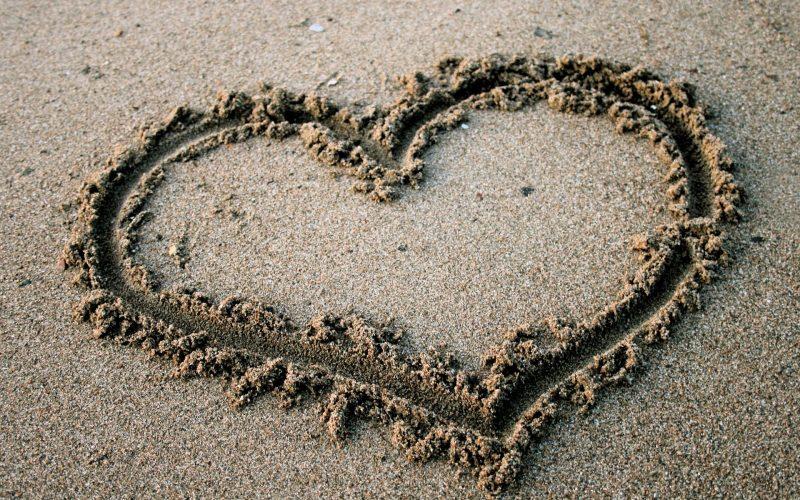 In der Sand ein Herz malen!