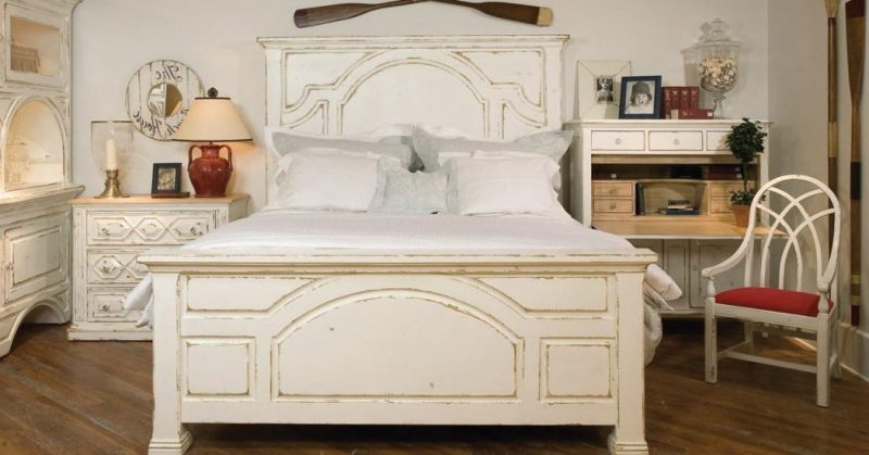 Holzbett weiß möbel landhausstil schlafzimmer einrichten stuhl regal kissen weiß