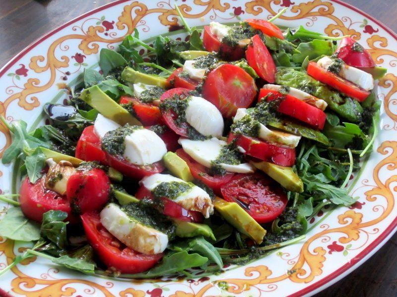 Käsefondue Beilagen: Salat mit Mozarella und Tomaten!