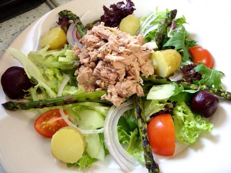 Käsefondue Beilagen: grüner Salat mit Thunfisch!