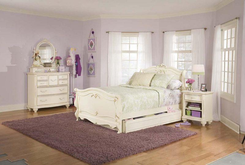 weiße landhausmöbel Landhaus Möbel Weiß Bett Einrichtung Design Nachttisch Fenster Gardinen