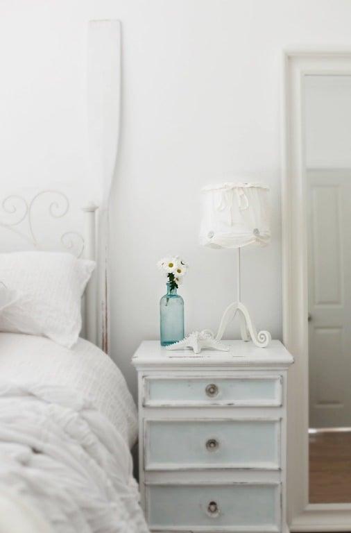 Landhausstil möbel weiß nachttisch holz schlafzimmer einrichten wohnaccessoires vase blumen dekoideen