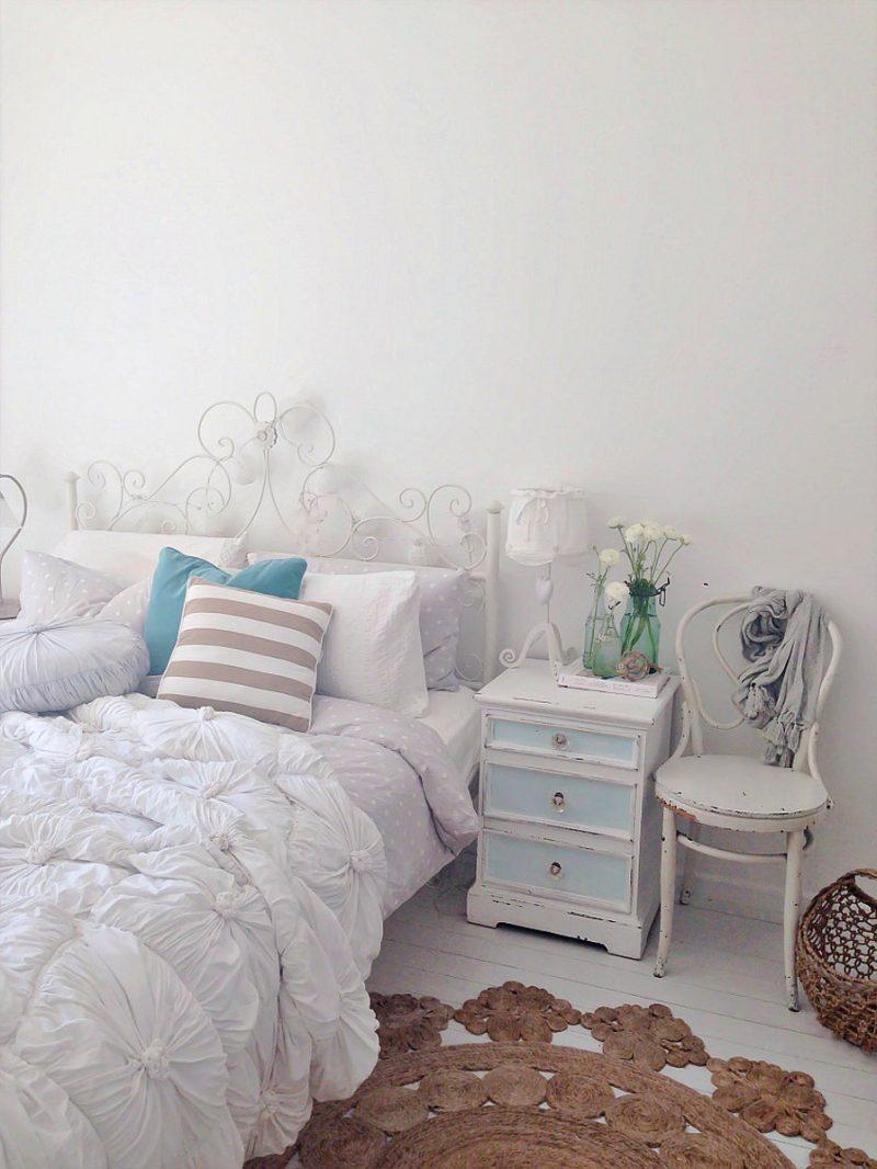 Möbel Landhausstil weiß stuhl nachttisch holz kissen schlafzimmer einrichten