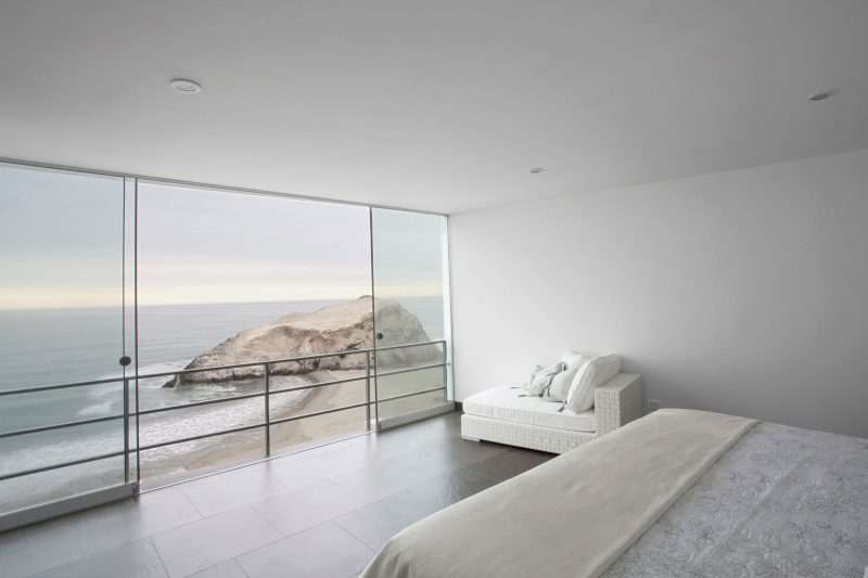 Man nutzt bodentiefe Fenster als Balkon-oder Gartentür